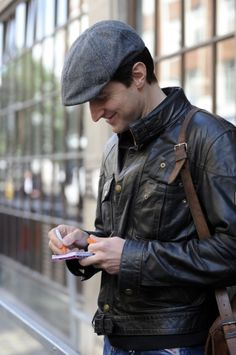 Richard Armitage meets fans. Baby, you can leave your hat on. <3