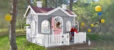 Modelo casita infantil AVA con terraza , puerta partida y ventanas redondas.