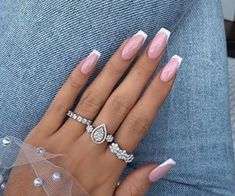 French nails create the visual effect of slender fingers. Now French nails have various color variations. Here we provide a variety of nails that are instantly elegant and make your hands look longer. Great Nails, Perfect Nails, Simple Nails, Cute Nails, Frensh Nails, Trim Nails, Nail Manicure, Glitter Nails, Pink Tip Nails