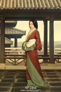 posing as a lady of Han dynasty (206 BC–220 AD), hanfu revival