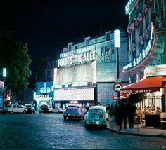 La place Pigalle, un soir bleu, vers 1965 (Paris 9ème)