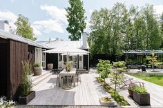 Another beautiful home in Sweden, just outside Stockholm. Love the black exterior contrasted with the white interior, typical of Swedish su. Outdoor Spaces, Outdoor Living, Outdoor Decor, Outdoor Landscaping, Outdoor Gardens, Landscape Design, Garden Design, Urban Landscape, House Design