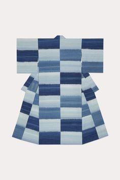 Depuis plus d'un demi-siècle, Fukumi Shimura tisse des kimonos avec des fils desoie qu'elle teint avec des végétaux. Influencée par le mouvement Mingei -qui reconnaissait la valeur des arts populaires- elle a toujours recherché la beauté dans le Tsumugi, pongée de soie que les paysannes japonaises tissaient pour leur usage quotidien.