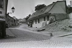 Kereszt utca az Aranykakas utcától a Kereszt tér felé nézve, jobbra az Avar vendéglő. Old Pictures, Old Photos, Vintage Photos, Vintage Photography, Historical Photos, Hungary, Budapest, Tao, Beautiful