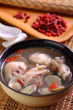 Clam and Garlic Chicken Soup-Recipes Free-Free Newsletter Chinese Soup Recipes, Asian Recipes, Healthy Chinese Recipes, Herbal Chicken Recipe, Goji Berry Recipes, Oreo, Pork Rib Recipes, Asian Soup, Taiwan Food