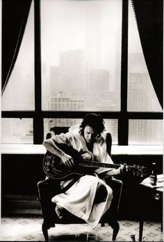 Bono doodling in front of a hotel window Photo by: © anton corbijn