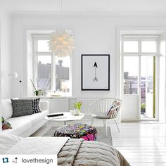 Repost @lovethesign ambiance détente pour ce salon avec l'affiche de #Lilipinso.  { Cool calm collected }  Have you ever noticed how important are the colours of floors and windows in setting the mood of a place? We love this total-white look!  #lovethesign #liveitalian #homedecoration #instahome #love #design #homedesign #interiordesign #mobiliario #home #white #bedroom #whiteaddict #poster #lilipinsoposter by lilipinso http://discoverdmci.com
