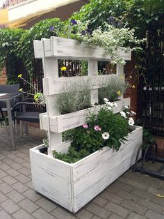 Blogrodowo - blog ogrodowy: Meble z palet - z serii ogrodowy recycling Diy Garden Furniture, Diy Pallet Furniture, Diy Garden Decor, Back Gardens, Outdoor Gardens, Wood Pallet Planters, Pallet Fence, Balcony Plants, Raised Garden Beds