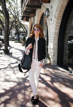 Essa linda é a Cathy Williamson, dos Estados Unidos, e eu adoro os looks que ela monta! Aqui temos: calça branca + camisa de listras com babados nos punhos + jaqueta bomber preta + mocassim de camurça preto. Ela usa óculos espelhados que está super na moda. Já tem o seu? Foto: blog The Middle Page