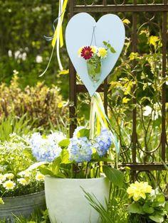 Kleine Arrangements mit Blumen verwandeln den Garten in eine Kreativ-Wiese.