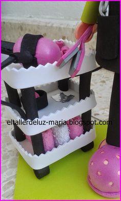 Todo tipo de manualidades en goma eva. Ideal para regalos y detalles de celebraciones.
