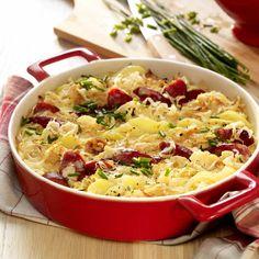 Deftiges Rezept aus dem Ofen: Gebackene Sauerkraut-Kartoffeln mit Kabanossi. Dieses Rezept sorgt für Abwechslung bei Ihren Kartoffel-Gerichten.