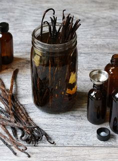 To Make The Best Homemade Vanilla Extract How To Make The BEST Homemade Vanilla Extract (at less than half the price of store-bought)! How To Make The BEST Homemade Vanilla Extract (at less than half the price of store-bought)! Vanilla Extract Recipe, How To Double A Recipe, Spice Mixes, Canning Recipes, Food Gifts, Food Hacks, Diy Hacks, Cooking Hacks, Diy Food
