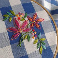 ♥♥♥ #bordadosmarinamendonça #bordado #linhaseagulhas #anchor #flores #cores #handmade #bordados #arteterapia #artesanato #embroidery #feitoamao #xadrez #tecido