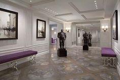 現代宮廷有法國女人的優雅,也有英國女人的尊貴,尤其是鏡面與金屬的聯合,搭配天鵝絨與局部碎花,像是描繪女人成熟風韻中的甜美。 此間現代宮廷宅邸位於紐約,以博物館的格局規劃居所,讓公共空間成了衍繹氣勢及品味的場所;私領域的柔和色調調配出女人的細膩,而華麗的材質則訴說著高貴。  via GEOFFREY BRADFIELD B&T GLOBAL