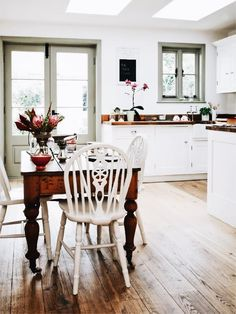 Scandinavian Decor - 11 Examples With a Cottage or Farmhouse Flair - Scandinavian Cottage Decor – 11 Beautiful Examples More - Kitchen Inspirations, Kitchen Decor, Cottage Kitchen, New Kitchen, Kitchen Dining Room, Kitchen Diner, Home Kitchens, Country House Decor, Scandinavian Cottage