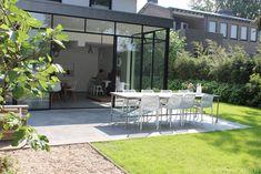 Een betonvloer van binnen naar buiten doorgelegd voor een mooi, stoer en strak geheel!