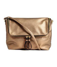 Bronze. Handtasche aus geprägtem Lederimitat. Die Tasche hat einen Überschlag…