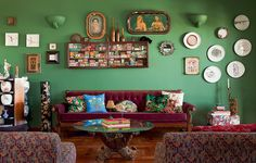 A diretora de arte Michelle Jorge Seddig usa as paredes para expor lembranças. Entre elas, está a imagem do Sagrado Coração de Cristo, que ela recuperou a cor com maquiagem, e pratos estilizados. Ao lado, fica a foto de sua bisavó