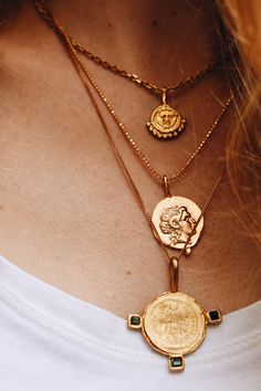 Combine Jewelry With Clothing - layered coin necklaces - The jewels are essential to finish our looks. Discover the best tricks to combine jewelry with your favorite items Boho Jewelry, Jewelry Box, Jewelry Accessories, Fashion Accessories, Jewelry Necklaces, Fashion Jewelry, Gold Jewellery, Fine Jewelry, Diamond Necklaces