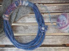 La forma delle nuvole: Collana di lana infeltrita da un vecchio maglione