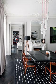 Il treppiedi della sala da pranzo. Sopra il tavolo in rovere e ardesia disegnato da Double G, la lampada Mykiss Fish di Minke Van Voorthuize...