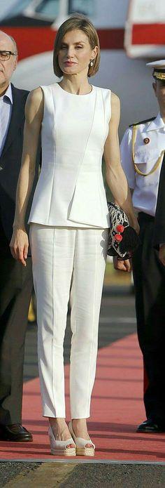 Queen Letizia of Spain Office Fashion, Work Fashion, Fashion Models, Fashion Outfits, Womens Fashion, Fashion Design, Princess Letizia, Queen Letizia, Royal Fashion