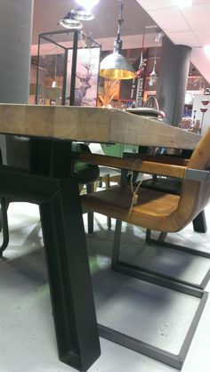 Tafel gezien in Velp. Wel erg grof misschien..... eiken houten tafel op ijzeren balken
