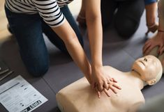 Do not underestimate the importance of learning first aid skills. In case of an emergency, the only way you or the victim can survive is if you know how to apply basic first aid skills. Basic First Aid, First Aid Kit, Baby Health, Health Care, Health Tips, First Aid Procedures, Heart Failure Symptoms, Basic Life Support, Cpr Training
