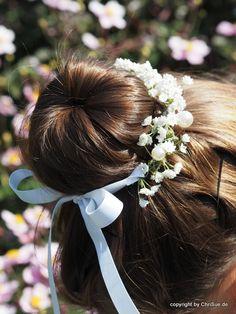 **Kommunion Kränzchen Haarschmuck** Dieses zarte Kränzchen aus künstlichem creme weißen Schleierkraut und Perlen kann ganz einfach mit den edlen, weißen Satinbändern um einen Dütt geknotet...