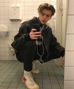  ˗ˏˋ ˎˊ˗You can find Skater boys and more on our website. Beautiful Boys, Pretty Boys, Beautiful People, Estilo Bad Boy, Grunge Boy, Aesthetic Boy, Aesthetic Clothes, Tumblr Boys, Mode Streetwear