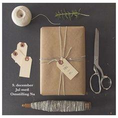 • Ressourcebevidst pakkeleg • Sådan gør du: Alle medbringer 1-5 pakker. Det må ikke være nyindkøbte gaver, kun noget, man har liggende, som man ikke bruger. Juster antallet af gaver efter antallet af deltagere - max 40 gaver. 1:Gaverne pakkes ikke ind i papir, med lægges i åbne gaveposer, så de man besigtiges. 2: Man spiller ikke om gaverne, men lader dem cirkulere, så alle kan kigge på dem. Når man ser noget, man gerne vil have, lægger man sit navneskilt ned i posen med gaven.  3: Når a...