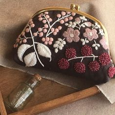 The Japanese embroidery is a brilliant piece of art creation spanning centuries old and is used to decorate ceremonial garments like on Japanese kimonos and other decorative items. Embroidery Purse, Hand Embroidery Patterns, Embroidery Stitches, Embroidery Designs, Motifs Textiles, Art Textile, Japanese Embroidery, Patchwork Bags, Embroidery Techniques
