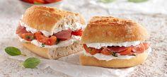 Baguette pomodori e prosciutto Baguette, Philadelphia Recipes, Breakfast Snacks, Prosciutto, Burritos, Fett, Salmon Burgers, Tea Time, Sandwiches