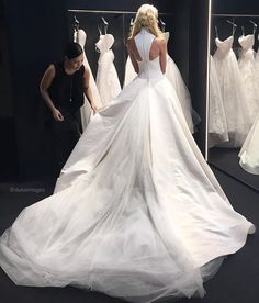 An exclusive preview of the gorgeous Vera Wang Spring 2017 bridal collection! Thanks for having us @verawanggang! #dukeimages