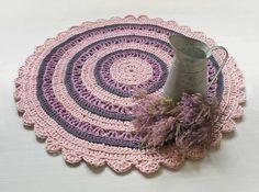 Kanervikon väreissä hehkuva virkattu matto on omistettu Uudenkuun Emilialle. Sopisiko tämä sinun kotisi lattialle? Crochet Designs, Diy And Crafts, Carpet, Crochet Hats, Rugs, Handmade, Knitting Hats, Farmhouse Rugs, Hand Made