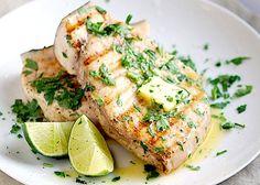 Il pesce spada al forno si realizza ponendo il pesce in un tegame ricoprendolo con un trito di aglio e prezzemolo. Scopri tutta la ricetta seguendo i passaggi.