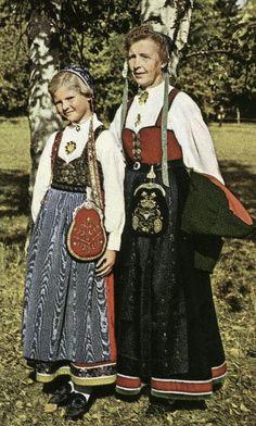 Vestfoldbunad - Prototyp: Borghild Hunskaar (t.h.) med seleliv i rødt stoff. Her med Inger Lise Pedersen med seleliv i brokade. Bildet er fra 1955. Foto: Privat