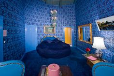madonna inn blue vous suite with round bed