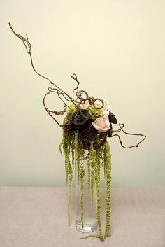 Simple, elegant - what more could you ask for! Lotus Pods and Kiwi Vine Ikebana Flower Arrangement, Ikebana Arrangements, Art Floral, Modern Floral Arrangements, Lotus Pods, Modern Floral Design, Corporate Flowers, Japanese Flowers, Flower Decorations