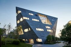 Instead of containing all of its learning spaces in a single building, the Qingpu Pinghe school features a variety of unusual structures. Open Architecture, Chinese Architecture, School Architecture, Harbin, Chongqing, Outdoor Learning Spaces, High Building, Zaha Hadid Architects, Big Architects
