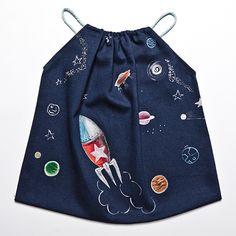 """Vestido pichi para bebé y niña hecho y pintado a mano """"Espacial"""" por Le Petit Mammouth. Disponible en www.chincharabincha.com"""