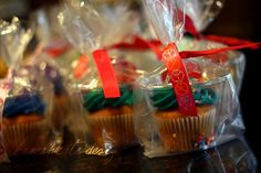 portable cupcake holder with clear solo cups, clear bag and ribbon. Great idea for takeaways at parties or bake sales.