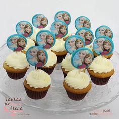 Buenos dias!! que tal un bocadito para desayunar? mini cupcakes de almendra y buttercream de chocolate blanco para empezar el dia con alegria!! feliz jueves! #minicupcakes #minicupakesart #minicupcakesfrozen #frozen #bakery #baking #bake #pasteleriacreativa #yummy #yumyummy #foodie #foodstagram #food #foodblog #foodblogger #tartasdelunallenablog #tartasdelunallena http://tartasdelunallena.blogspot.com.es/