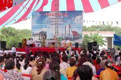Dù che ngoài trời tỏa bóng trong Lễ đặt viên đá giáo xứ Tân Phong
