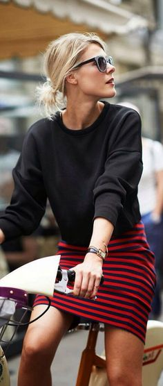 Big black sweater with a striped skirt #Streetstyle #inspiration