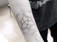 Tα μικροσκοπικά τατουάζ του Dr. Woo είναι το φετινό hype στο Χόλιγουντ