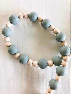 Wood Bead Garland, Beaded Garland, Color Secundario, Beaded Crafts, Boho Designs, Wooden Beads, Wooden Bead Necklaces, Boho Decor, Boho Diy