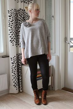 Outfit with black coated maternity jeans / Maternity style / Kotisaari