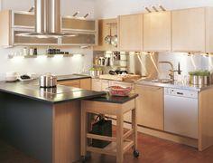 Keittiösaareke tuo käytännöllisyyttä Sivupöytään yhdistetty keittiösaareke tekee Puustelli-keittiöstä entistäkin toimivamman. Tämän keittiön käyttäjällä on kaikki tarvittava kätevästi käden ulottuvilla. Ja mikä parasta, saarekkeen yli on helppo jutustella vieraiden kanssa. Huomaa, että saarekkeen taustalevyn saat juuri haluamallasi värisävyllä tai puumateriaalilla.